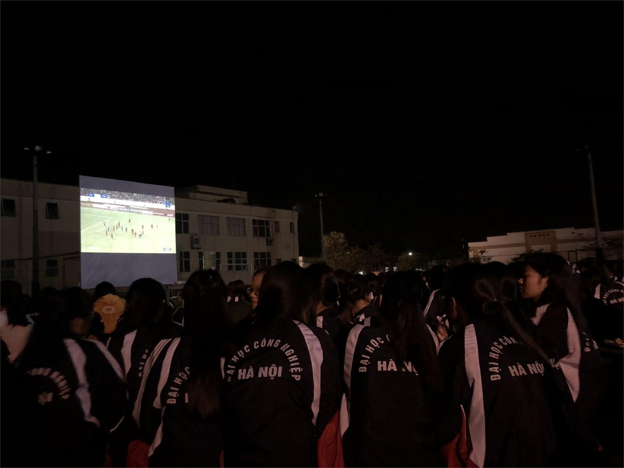 Trung tâm Giáo dục Quốc phòng và an ninh tổ chức xem Bóng đá qua màn ảnh lớn cho sinh viên